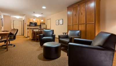 Queen Retreat Room - The Lodge on Lake Detroit